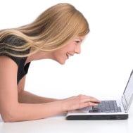 wunderschšne junge Frau arbeitet am Laptop