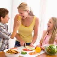 Mamma e figli preparano il pranzo insieme