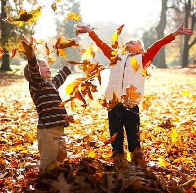 far giocare i bambini all'aria aperta